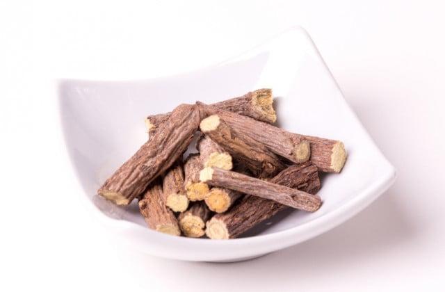 Chá de raízes de alcaçuz tem propriedades antioxidantes. (Foto: iStock, Getty Images)