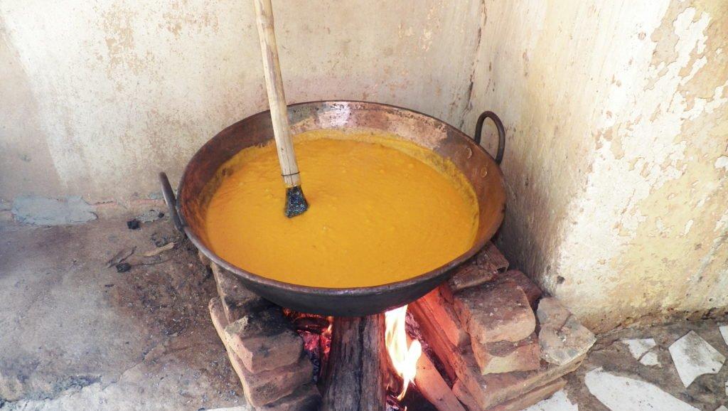 Pasta da manga em fervura no tacho (foto: Evandro Marques - www.coisasdaroca.com)