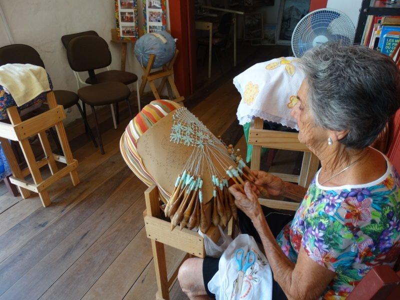 Artesã fazendo Renda de Bilros